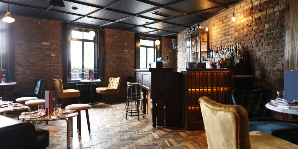 8  intimate private rooms for parties in pubs.